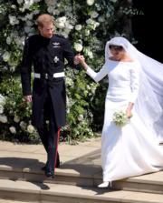 英國哈里王子(左)與梅根(右)5月19日舉行婚禮,一對新人步出教堂。(法新社)