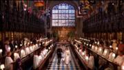 英國哈里王子(左)與梅根(右)在婚禮儀式後,二人拖手步出教堂。(The Royal Family YouTube影片截圖)