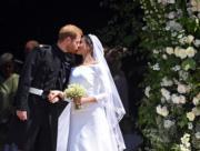 2018年5月19日,英國哈里王子(左)與梅根(右)結婚,二人步出教堂後親吻。(新華社)