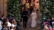 英國哈里王子(左)與梅根(右)在婚禮儀式後,拖手步出教堂。(The Royal Family YouTube影片截圖)