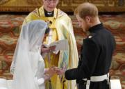 2018年5月19日,英國哈里王子(右)與梅根(左)結婚,二人交換戒指。(法新社)