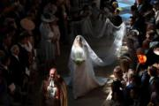 新娘梅根(中)步入禮拜堂。(法新社)