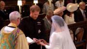 哈里王子與梅根交換婚戒。(The Royal Family YouTube影片截圖)