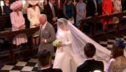 英國哈里王子與梅根(右)5月19日舉行婚禮,馬克爾由王儲查理斯帶領進入教堂。(The Royal Family YouTube影片截圖)