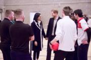 2018年3月8日,馬克爾(左三)與哈里王子(左四)出席活動,甜蜜對望和牽手。(Kensington Palace twitter圖片)