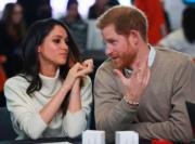 馬克爾(左)望着哈里王子(右)。(法新社)
