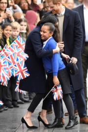 馬克爾(左)擁抱女孩。(法新社)