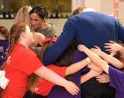 女生熱情地擁抱哈里王子和馬克爾。(法新社)
