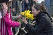 馬克爾從小孩手中收到花束。(法新社)
