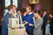 哈里王子與馬克爾試食傳統蛋糕Welsh cake(法新社)