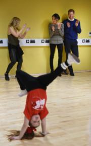 哈里王子(後排右一)和馬克爾(後排右二)欣賞女生的街舞表演。(法新社)