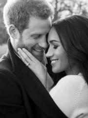 馬克爾(右)於無名指戴上訂婚戒指,依偎在哈里王子(左)懷中,二人更頭貼頭甜笑,非常恩愛。(The Royal Family facebook)
