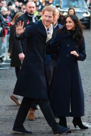 2017年12月2日,馬克爾(右)首度偕未婚夫哈里王子(左)參加英國王室慈善活動。(法新社)