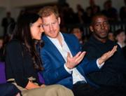 2017年12月2日,馬克爾(左)首度偕未婚夫哈里王子(中)參加英國王室慈善活動。(法新社)