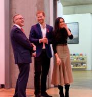 2017年12月2日,馬克爾(右)首度偕未婚夫哈里王子(中)參加英國王室慈善活動。(新華社)