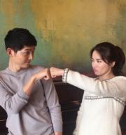 兩人經常做這個拳頭碰拳頭的動作。(資料圖片)