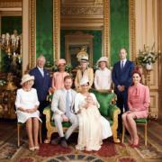 2019年7月6日,英國薩塞克斯公爵哈里王子和夫人梅根的兒子阿奇(Archie)在溫莎堡私人教堂受洗。前排左起:卡米拉、哈里、梅根、阿奇、凱特,後排左起:王儲查理斯、梅根母親拉格蘭(Doria Ragland)、Lady Jane Fellowes、Lady Sarah McCorquodale、威廉。(The Royal Family facebook圖片)
