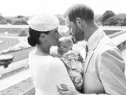 2019年7月6日,The Royal Family在facebook上載英國薩塞克斯公爵哈里王子(右)和夫人梅根(左)及兒子阿奇(Archie,中)的合照。(The Royal Family facebook圖片)