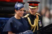 2019年6月8日,哈里王子(右)和梅根(左)參加英女王伊利沙伯二世93歲官方壽辰閱兵巡遊慶祝活動。(法新社)