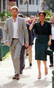2018年10月3日,哈里王子(左)和梅根(右)首次訪問薩塞克斯。(法新社)