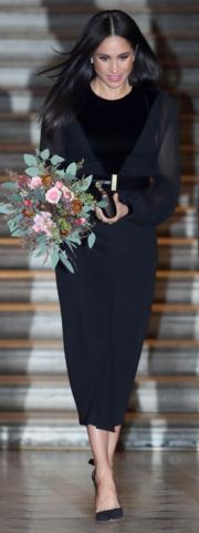 2018年9月25日,梅根穿Givenchy黑色連身裙,配襯Aquazzura黑色高跟鞋及Givenchy手提包,出席在倫敦皇家藝術研究院的活動。(法新社)
