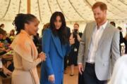 2018年9月20日,英國薩塞克斯公爵伉儷哈里王子(左)、梅根(中)以及梅根的母親拉格蘭(Doria Ragland)在倫敦肯辛頓宮出席活動。(法新社)