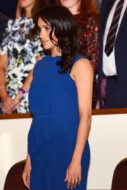 梅根穿上Jason Wu藍色連身裙。(法新社)