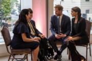 哈里王子(右二)和梅根(右一)在倫敦出席2018 WellChild Awards活動,與病童及其家人聊天。(法新社)