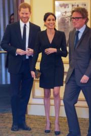 梅根(中)穿上加拿大Judith & Charles的黑色連身短裙,與哈里王子(左)出席活動。(法新社)
