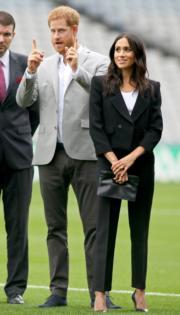 2018年7月11日,英國薩塞克斯公爵伉儷哈里王子(右)和梅根(左),首度官式外訪,訪問愛爾蘭。梅根穿上Givenchy的黑色套裝。(法新社)