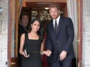 2018年7月10日,英國薩塞克斯公爵伉儷哈里王子(右)和梅根(左),首度官式外訪,訪問愛爾蘭。梅根穿了Emilia Wickstead無袖黑裙子。(法新社)