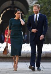 2018年7月10日,英國薩塞克斯公爵伉儷哈里王子 (右) 和梅根 (左) 外訪愛爾蘭,抵達愛爾蘭首都都柏林。(法新社)