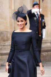 2018年7月10日,梅根穿上一字肩連身裙 (Bespoke Dior navy midi dress) ,出席英國皇家空軍百年慶典活動。(法新社)