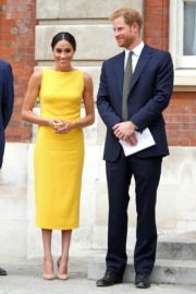 2018年7月5日,英國哈里王子(右)和梅根(左)在倫敦出席英聯邦青年論壇活動(The Commonwealth Youth Forum)。梅根穿了黃色無袖連身裙 (Brandon Maxwell Sleeveless Boat-Neck Midi Dress)。(法新社)