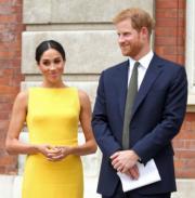2018年7月5日,英國哈里王子(右)和梅根(左)在倫敦出席英聯邦青年論壇活動。(法新社)