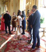 2018年6月26日,梅根(中)出席Queens Youth Leaders頒獎儀式。梅根穿了Prada。(The Royal Family twitter圖片)