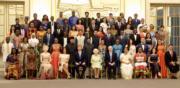 梅根(第一排左四)、哈里王子(第一排左五)、英女王(第一排左六)(The Royal Family twitter圖片)