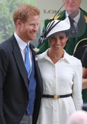 2018年6月19日,哈里王子(左)與梅根(右)出席英國皇家賽馬會(Royal Ascot)活動。梅根穿了Bespoke Givenchy White Shirtdress。(法新社)