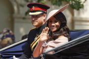 2018年6月9日,哈里王子(左)和梅根(右)出席英女王92歲壽辰閱兵巡遊慶祝活動。梅根穿了Bespoke peach Carolina Herrera dress。(法新社)