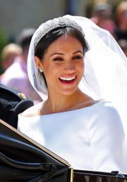 2018年5月19日,哈里王子與梅根在溫莎堡聖喬治教堂舉行婚禮。梅根穿着由Givenchy藝術總監Clare Waight Keller設計的婚紗。(法新社)