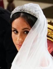 梅根的頭冠以鑽石及白金製成,白色貼身剪裁的婚紗則由Givenchy藝術總監Clare Waight Keller設計。(法新社)