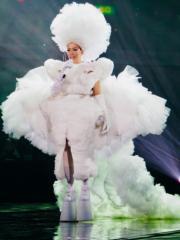 鄭秀文穿上由中國年輕設計師Sensen Lii(李思齊)設計的超重型婚紗出場,獻唱《終身美麗》。(大會提供)