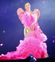 鄭秀文唱了半首《終身美麗》即極速落台,換上熒光粉紅魚尾裙再次登場。(劉永銳攝)