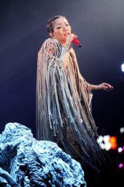 鄭秀文這身麻繩外套,有幾多位女歌手能駕馭?(劉永銳攝)