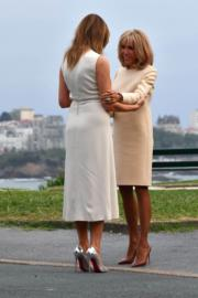 2019年8月24日,七國集團(G7)峰會在法國比亞里茨舉行。法國第一夫人布麗吉特(右)迎接美國第一夫人梅拉尼婭(左)。(法新社)