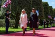 2019年6月6日,美國第一夫人梅拉尼婭(右)與法國第一夫人布麗吉特(左)(法新社)