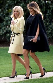 2018年4月23日,布麗吉特(左)和梅拉尼婭(右)同樣以短裙配深色高跟鞋現身白宮。(法新社)