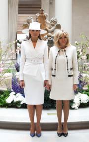 2018年4月24日下午,梅拉尼婭(左)和布麗吉特(右)到訪美術館,二人一同穿著白色短外套配白色連身裙。(法新社)