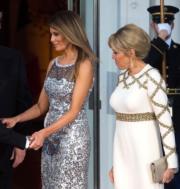 2018年4月24日,美國第一夫人梅拉尼婭(左)和法國第一夫人布麗吉特(右)一起出席晚宴。(法新社)