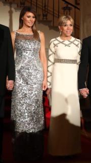 美國第一夫人梅拉尼婭(左)和法國第一夫人布麗吉特(右)。圖片攝於2018年4月24日。(法新社)